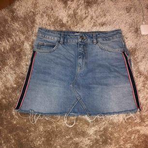 En fin jeans kjol från Zara. Köpt för över 1 år sedan och säljer den då den börjar bli för stor. Den är fortfarande i fint skick. Frakten går på 50kr. 💓
