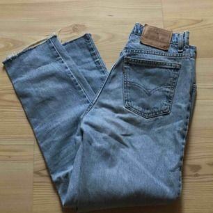 Världens snyggaste vintage levis mom jeans! Dom är högmidjade. Säljs då dom har blivit för stora för mig😭 Man får sjukaste 🍑 i dom!!