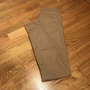 Beiga/ljusbruna tighta jeans från bikbok. Stretch. Fortfarande i gott skick.