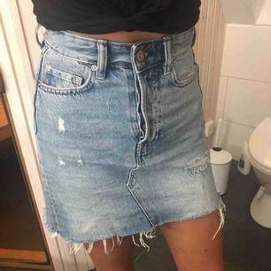 jeanskjol från h&m med slitningar. köpt förra året och inte använd mycket. köparen står för frakten. fler bilder kan fixas om det önskas