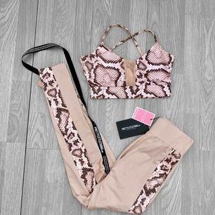 Nytt rosa träningsset med snake print från Pretty Little Thing storlek 34 i toppen och 36 i tightsen.  Frakt kostar 59kr extra, postar med videobevis/bildbevis. Jag garanterar en snabb pålitlig affär!✨ ✖️Fraktar endast✖️