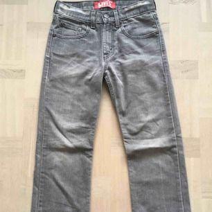 levi's jeans i skitnajs grå färg och raka hela vägen ner. Dessa är dock alldeles försmå för mig