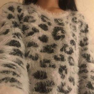 En svart-vit stickat tröja. Säljer den för att den är för liten.