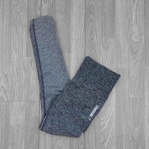 """Mörkgrå/ljusgrå högmidjade äkta Gymshark ombre seamless leggings i färgen """"black/light grey"""" Storlek S i jättebra skick. Frakt kostar 36kr extra, postar med videobevis/bildbevis. Jag garanterar en snabb pålitlig affär!✨ ✖️Fraktar endast✖️"""