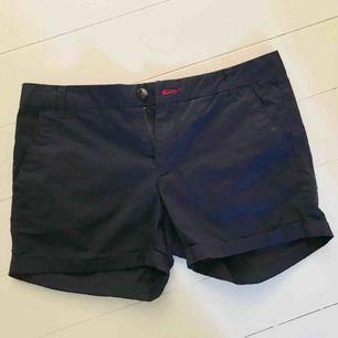 """Marinblå shorts, """"chinos-material"""". Säljer då de inte kommit till användning. Nyskick! Hör gärna av dig om du har några frågor😇"""