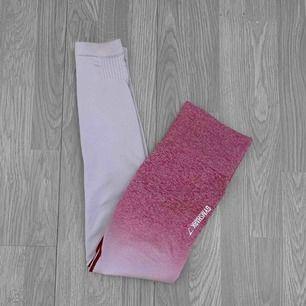"""Rosa/vita högmidjade äkta Gymshark ombre seamless leggings i färgen """"chalk pink/beet"""" Mycket bra skick förutom att det finns ett litet hål i sömmen och småfläckar. Storlek XS. ✖️Fraktar endast✖️"""