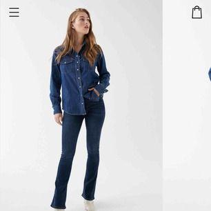 En par mörkblåa  bootcut jeans från Gina , andvänt ett par gånger , jätte fint skick