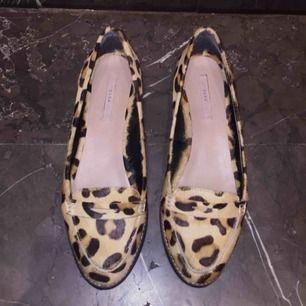 Oanvända leopard loafers i läder och pony hair från zara i storlek 40! Spårbar frakt på 63kr tillkommer :)