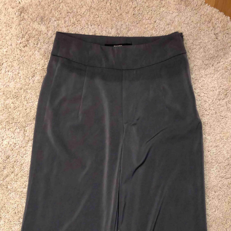 Avklippta vid slutet av byxorna. Så passar för oss som är 157-162 ca. 💖 . Jeans & Byxor.