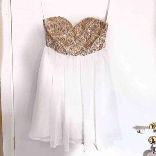 Super fin klänning utan axelband, aldrig använd.  Köparen står för frakten!