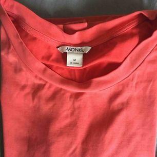 T-shirt från Monki i mycket fint skick. Köparen står för frakten!