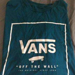 Jättesnygg vans T-shirt i mycket fint skick. Köparen står för frakten!