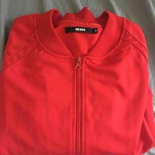 """Fin """"adidasliknande"""" tröja från Bik Bok i strl M. Köparen står för frakten!"""