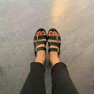 Snygga och riktigt bekväma Dr Martens sandaler med klack. Använda endast en gång. Säljes pga att de används för sällan. Kan mötas upp i Stockholm annars tillkommer frakt.