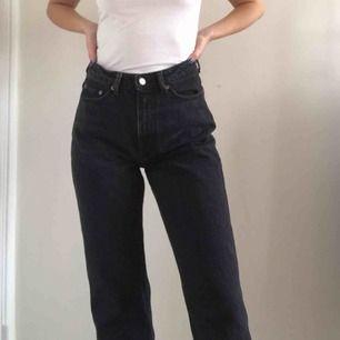 """Supersnygga jeans från Weekday i modellen """"row"""". Endast använda ett fåtal gånger så de är i väldigt bra skick! Säljer pga använt de för lite så de behöver en ny ägare❤️ möts upp i Sthlm!"""