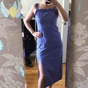 Assssnygg ljusblå klänning i stretchigt linne material. Den har en slits vid högra benet och är i strl small. Säljer då jag tyvärr aldrig fått tillfälle att använda den. Nypris: 800kr. Möts upp i Sthlm!👗