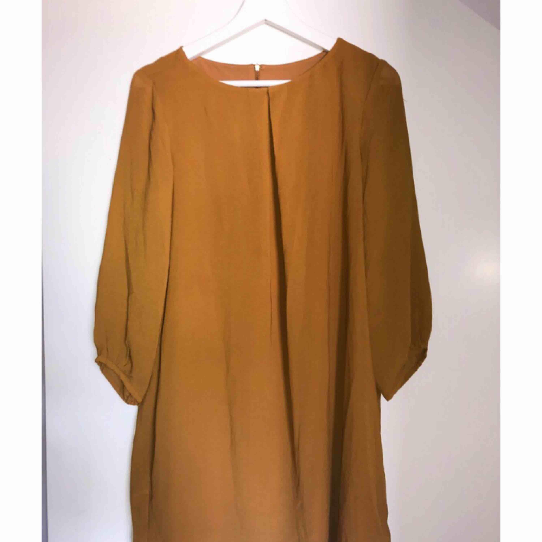Senapsgul klassisk klänning ifrån HM. Superfin och material som aldrig skrynklar sig.. Klänningar.
