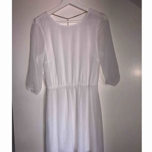 Underbar vit klänning med kedjedetalj i ryggen. Kedjan är guldfärgad. Använd 1 gång.