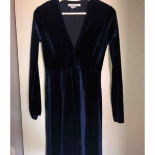 Underbar mörkblå sammetsklänning ifrån Nelly trend. Använd 1 gång.