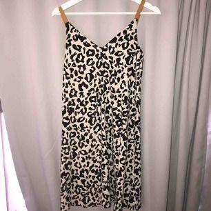 leopardmönstrad klänning i lite ribbat material, frakt tillkommer🐆🐆