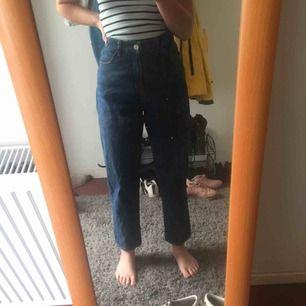 super fina mörk blåa kimomo jeans från monki, helt nya men drog av lapparna så kunde inte lämna tillbaka :) frakten ligger på 72 kr men är inräknad i priset !
