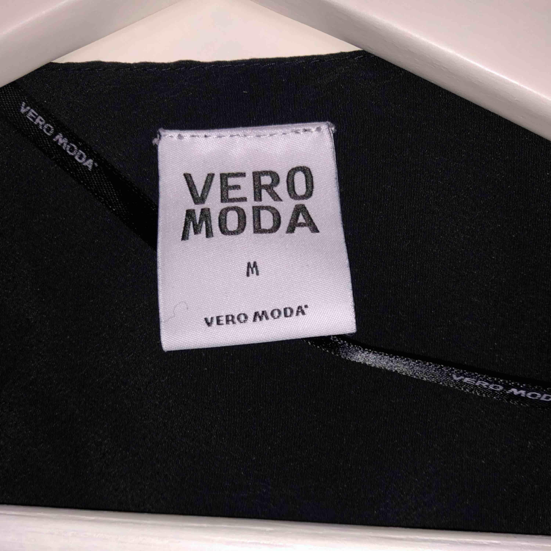 """Jättefin """"kavajkofta"""" ifrån Vero Moda. Använd 1 gång. Fint material som inte skrynklar sig. Kostymer."""