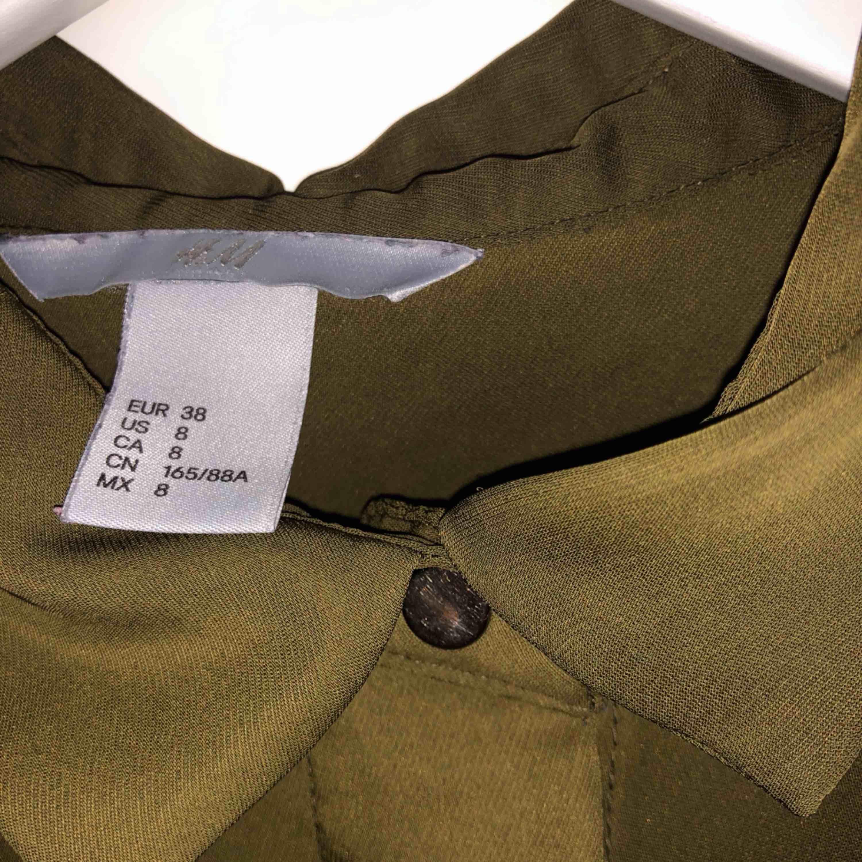 Superfin militärgrön skjorta ifrån HM. Nyskick och fint material som inte skrynklar sig.. Skjortor.