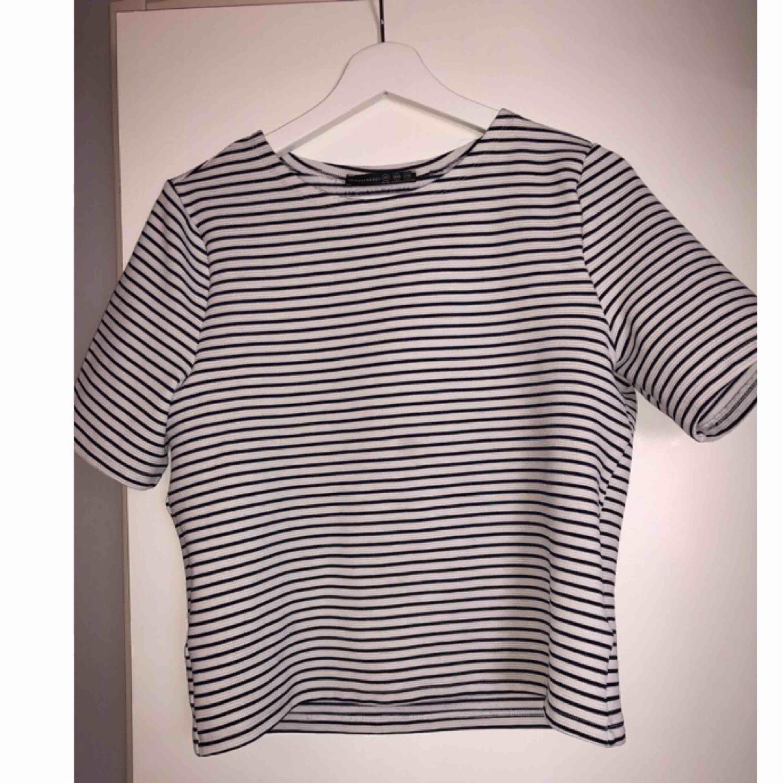 """T-shirt i """"tjockare"""" finare material. Svart och vitrandig. Bra skick.. T-shirts."""