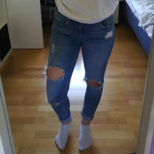Ett par skitsnygga jeans med slitningar från Gina Tricot för 100 kr exklusive frakt (Nypris är 500 kr) 😊 Jeansen är i storlek 28, viket jag skulle säga att en 34/36, eller xs/s. (JAG har 36 och S i jeans och de passar mig, men jag tycker de sitter för tajt, men de passar även min syster som har 34/S). Jeansen är i perfekt skick och alla jeans från Gina Tricot är i riktigt bra kvalitet! 🤗