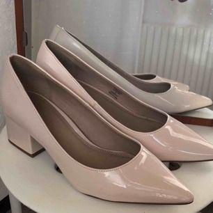 Retro-inspirerade skor. Aldrig använda! Fuskläder.