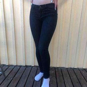 Skinny jeans från Hollister. Mörkblåa. Low waist. 💞  Aldrig använda, perfekt skick (som nya)!  150kr + frakt 🥰🌹