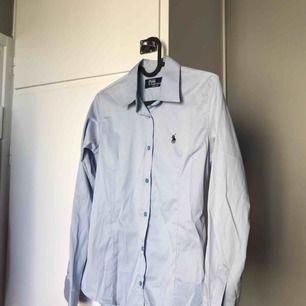 Ralp lauren skjorta figur syd säljer pga att den är för liten jätte bra skick!