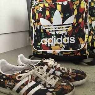 Väska och matchande skor!   Använd i gott skick. Tyvärr för små för mig så hoppas någon vill adoptera mina fina  Tar gärna swish !   Frakt tillkommer, alltid de lägsta som går.  Bor i Gbg om man vill mötas upp 🙌🏻