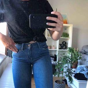Tajta jeans från Levis i skinny model, använda men i fint skick! fraktkostnad tillkommer.