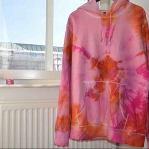 Batikfärgad tröja