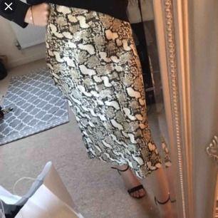 """Snygg o trendy """"silkes"""" kjol i snakeprint! Pga tyget är den inte stretchig alls så ha det i åtanke🥰  Använd men i bra skick.  Skriv för fler bilder 💓 GRATIS FRAKT"""