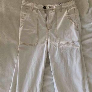 Helt oanvända oerhört snygga vita vida lite croppade jeans med lite orange kontrastsömmar. Endast testade - står 38 på storleken men motsvarar en S eller storlek 36 så de är små i storleken. SÅ fina!! Från England.