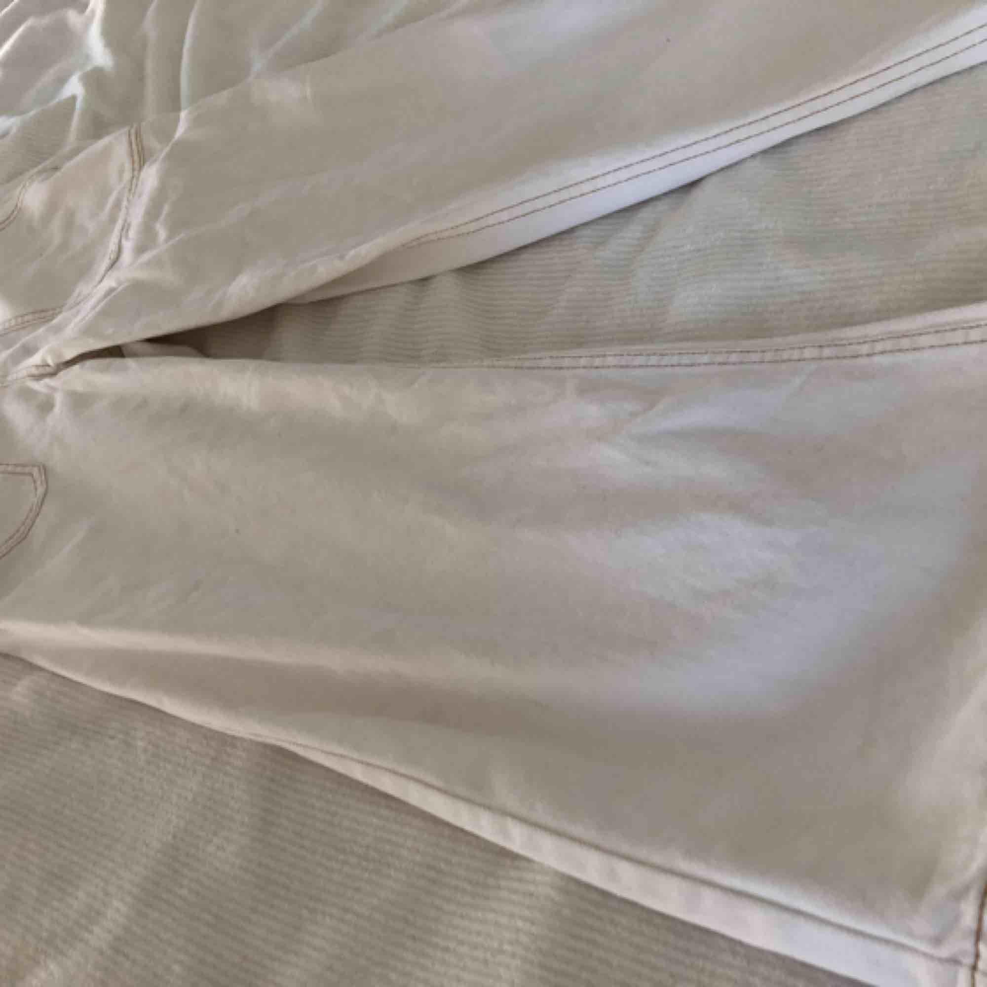 Helt oanvända oerhört snygga vita vida lite croppade jeans med lite orange kontrastsömmar. Endast testade - står 38 på storleken men motsvarar en S eller storlek 36 så de är små i storleken. SÅ fina!! Från England.. Jeans & Byxor.