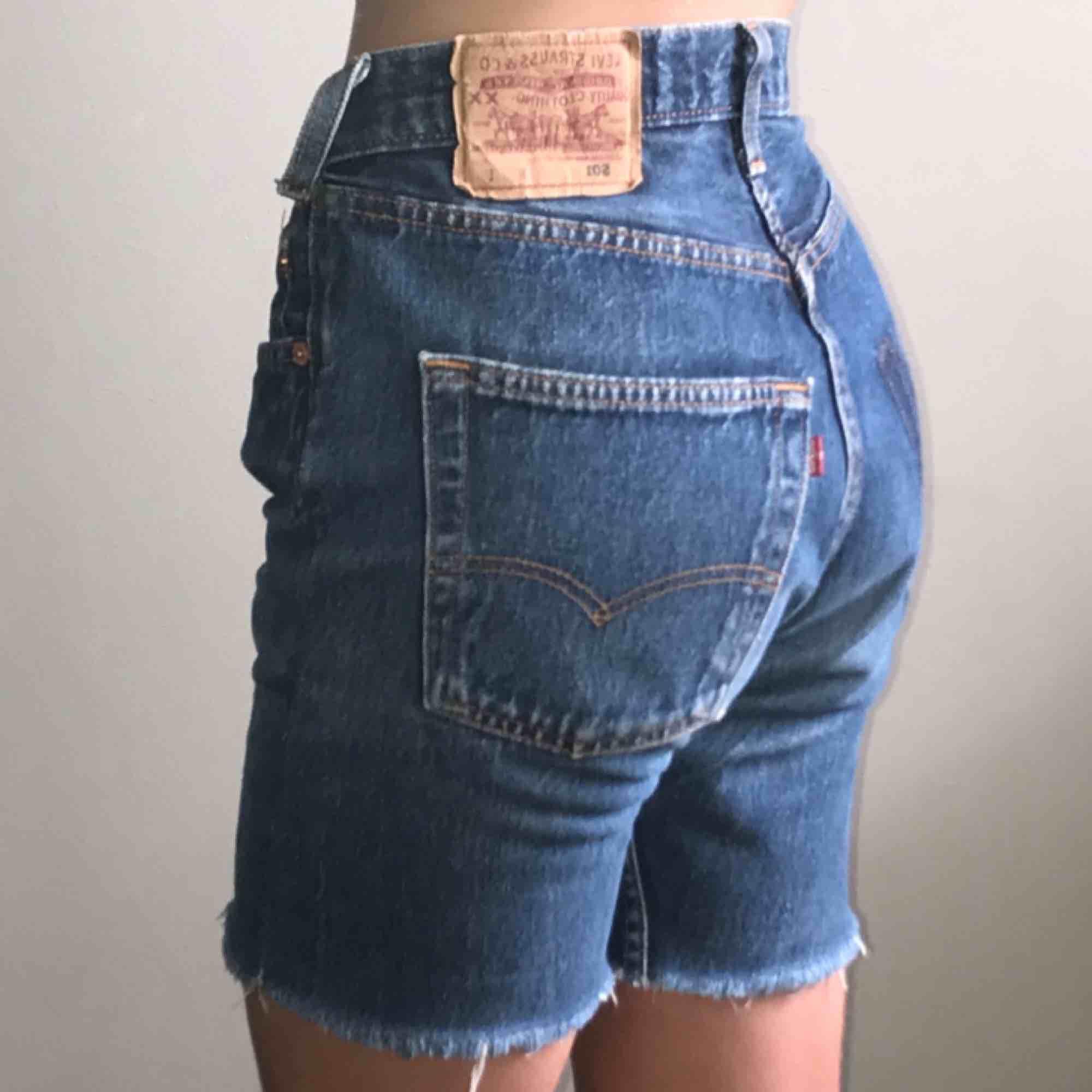 Vintage Levi's short som är RECLAIMED inspirerade 👅 De är lite för stora på en som har W25' men funkar snyggt oversized så en W26' eller W27' imo 🤞 Frakt tillkommer 💓 LÄS SHOP POLICIES INNAN KÖP!. Jeans & Byxor.