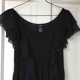 Supersöt svart volangklänning från HM! För fler/bättre bilder skicka PM🥳