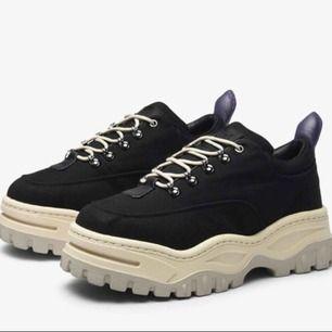 Skitsnygga chunky skor från Eytys. Köpta av en användare här på plick och använda sparsamt så dem är i superfint skick! Nypris 2600 kr.