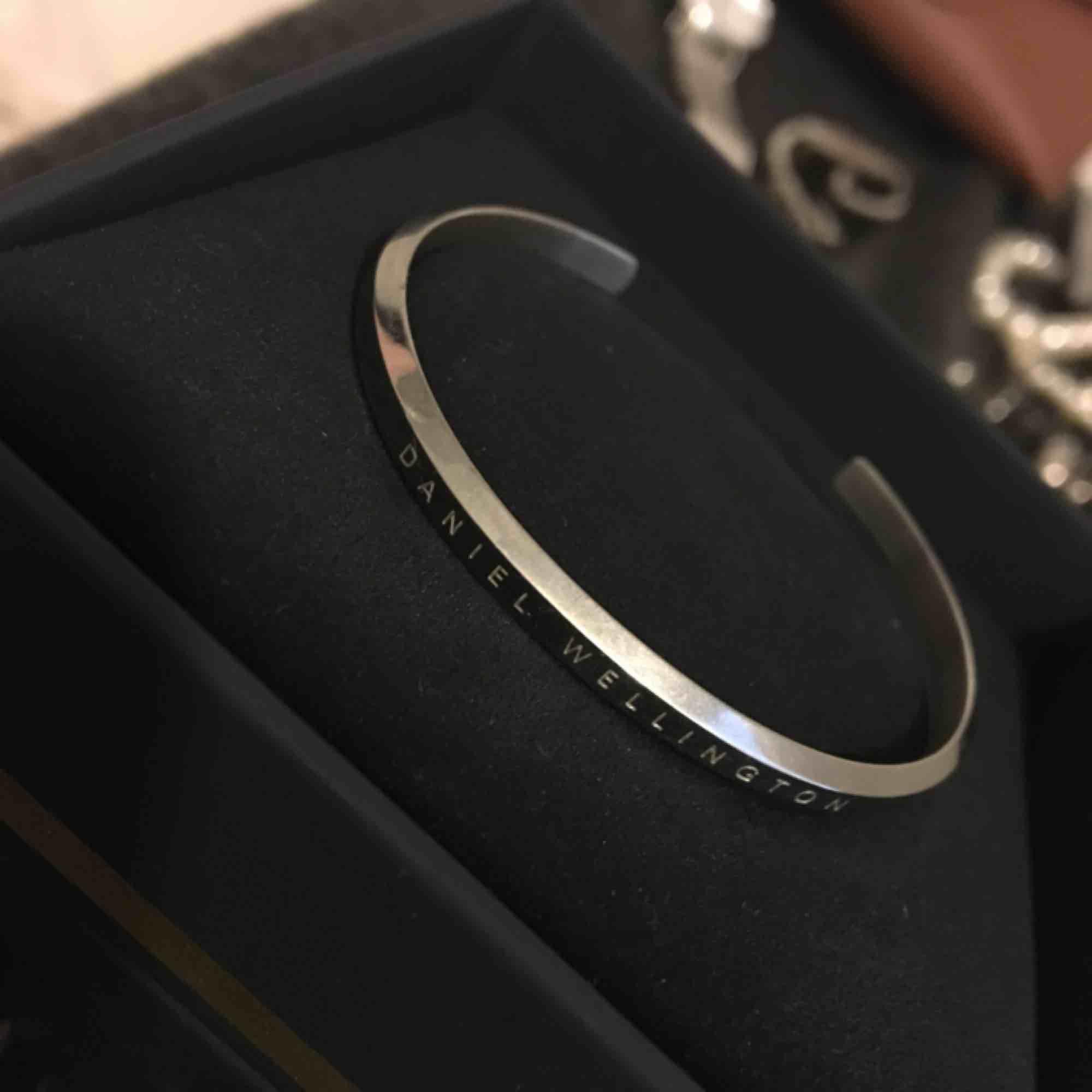 Silverarmband från Daniel Wellington i storlek S. Orginallåda medföljer. Köparen står för Frakt på 45kr. Accessoarer.