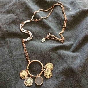 Halsband i lite längre modell (vet ej om det är äkta, har ej köpt det själv) Fint skick! Endast lite skavanker. Fraktkostnad tillkommer på 10kr.