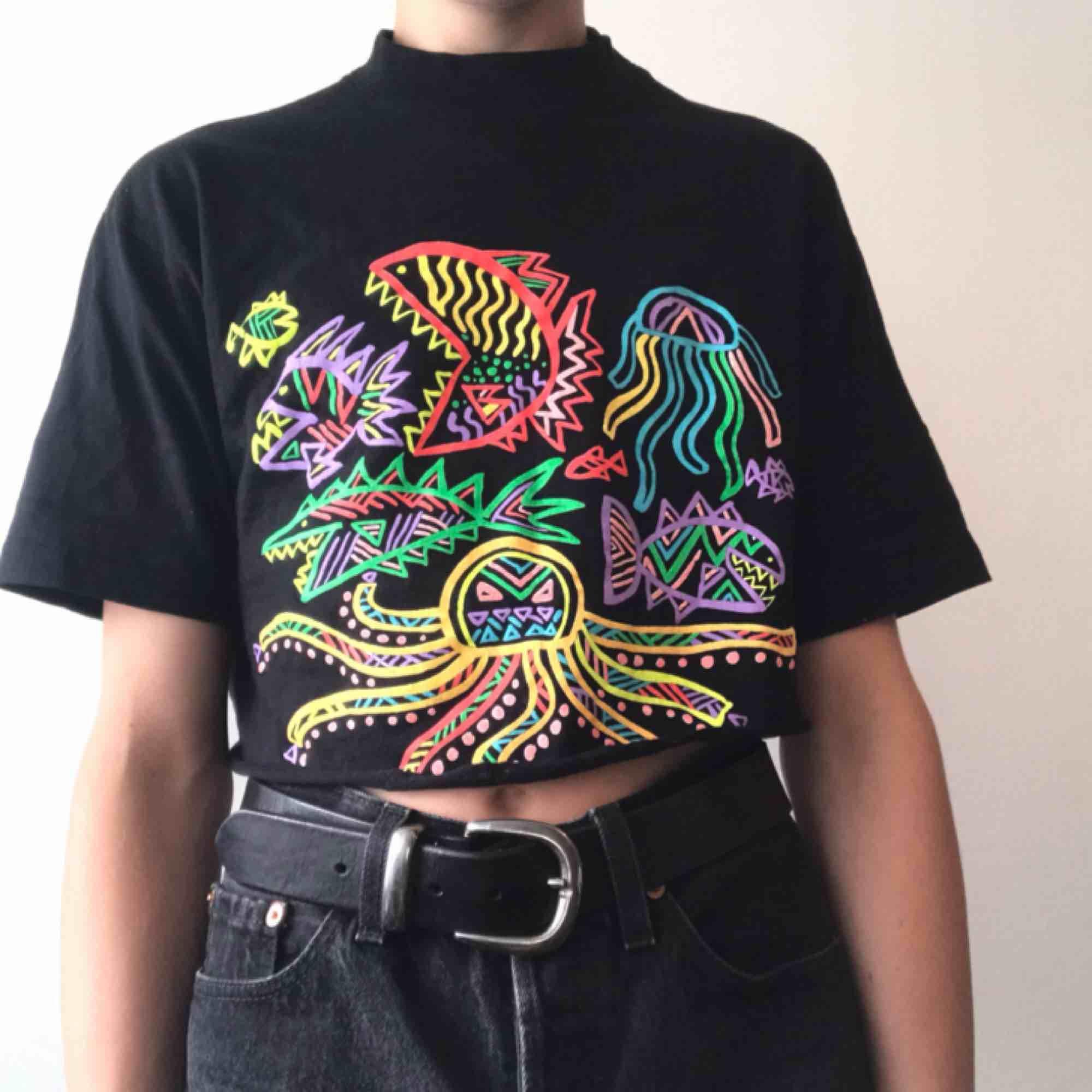Så perfekt vintage 90-tals t-shirt med det snyggaste mönstret jag har sett, urban outfitters säljer liknande 👅 Frakt på 40kr ✨ LÄS SHOP POLICIES INNAN KÖP!. T-shirts.