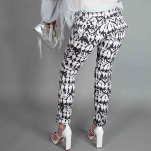 "Isabel Marant Pour x H&M patterned denim skinny low waist pants in white grey black size XS Never worn, original tags attached SIZE Label: EUR 34, fits best XS Model: 163/XS Measurements (flat): rise: 18.5 cm/ 7.3"" Inseam: 68 cm/ 26.8"" Waist: 36 cm/ 14.2"""