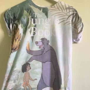 Djungelboken t-shirt från London. I begagnat men fint skick. Köparen står för frakten!