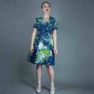 Vintage 70s short sleeve floral pattern summer dress in blue and green size S. Sewed in pads under pits, can be removed  SIZE Label missing, fits best S Model: 163/ XS-S Measurements:  length: 96 cm/ 37.8