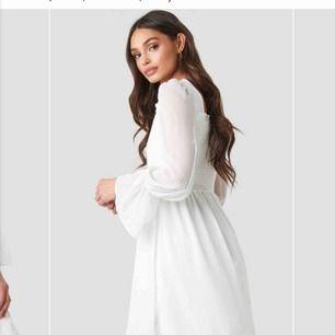 Somrig vit klänning, luftig och super fin under varma sommardagar. Frakt ingår i priset