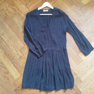 Fin mörkblå klänning med mönster från Samsøe Samsøe