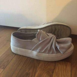 Jättegulliga skor med rosett från nelly. Använda fåtal gånger.